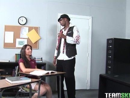 Amadora ninfeta transando com professor
