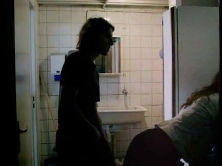 Casal transa no banheiro