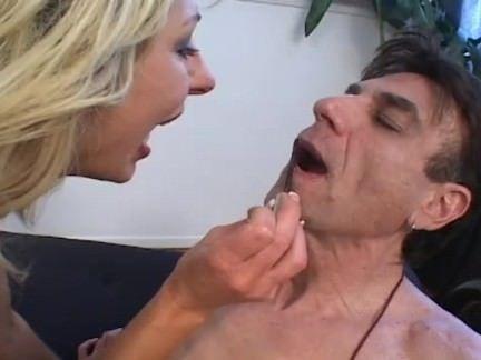 Comendo o cuzão rasgado da moreninha