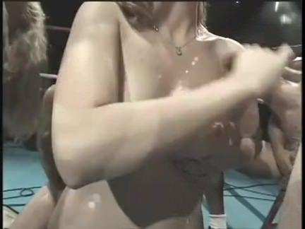 Dançarina metendo o dedinho no cú