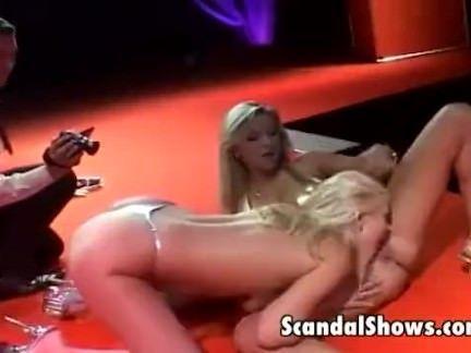 Duas loiras fazendo striptease