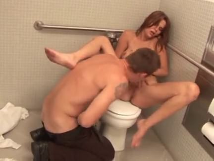 Flagra de sexo no banheiro da boate