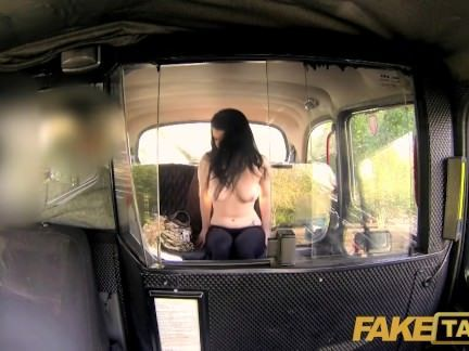 Fudendo a galinha peituda no taxi