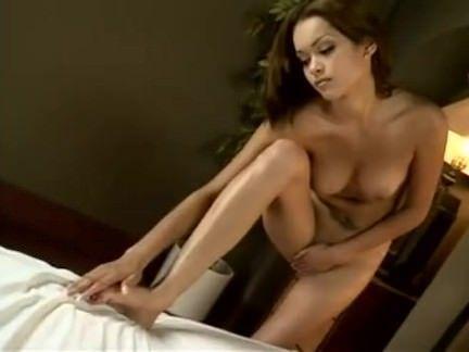 Gatinha chupando a rola na sauna