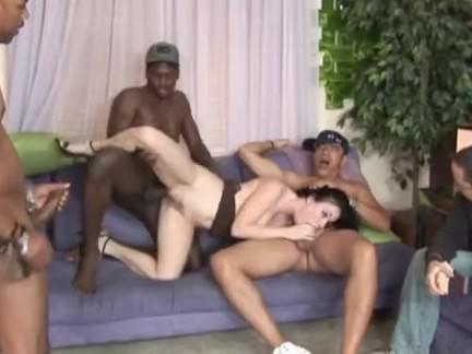 Gostosa se abrindo na putaria com machos