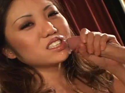 Japonesa sedutora leva gozada na cara