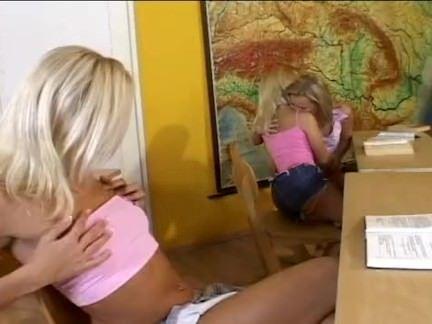 Lésbicas loiras fudendo na escola