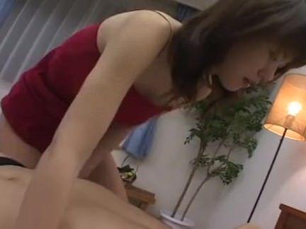 Loira chupando o pau do mecânico porno