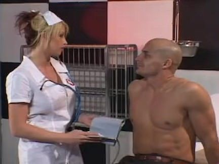 Loira enfermeira dando a buceta