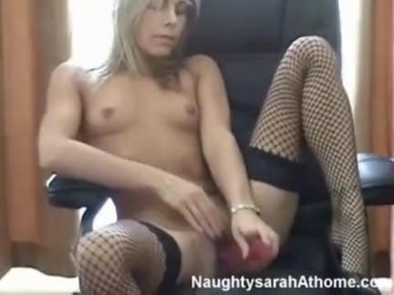 Loira se masturba no consolo