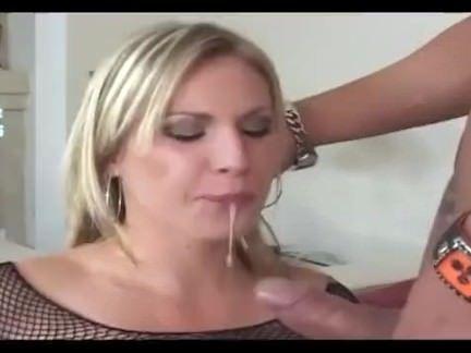 Loira sexy abrindo a buceta