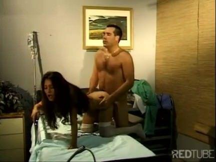 Medico transa com enfermeira no hospital