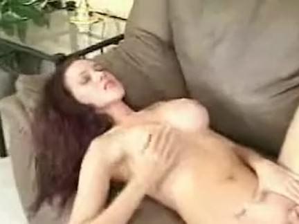 Metendo o consolo na xoxota porno
