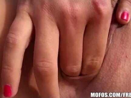 Morena cadela seduz e fode