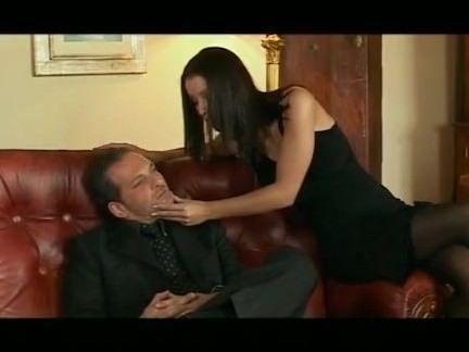 Morena da buceta carnudinha fazendo sexo