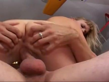 Morena esfregando a buceta molhada