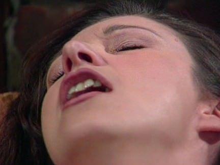 Morena esfregando a colher na xota