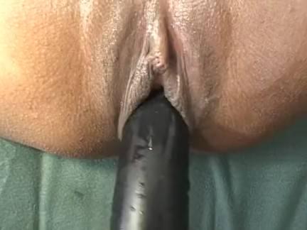 Morena esfregando a xoxota