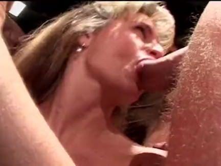 Morena metendo o dedo na xoxota