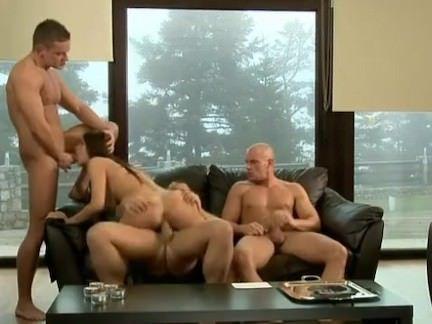 Morena quente fazendo orgia