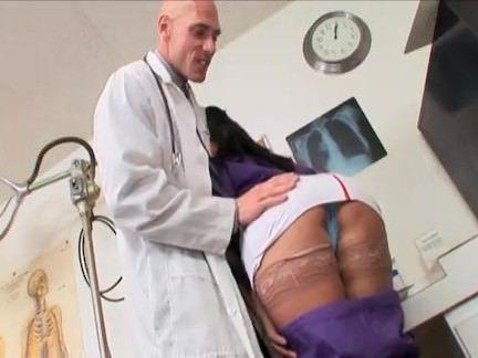 Morena rabuda fudendo com doutor