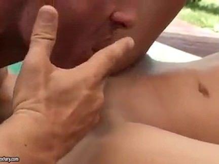 Morena sensual fode a beira da piscina