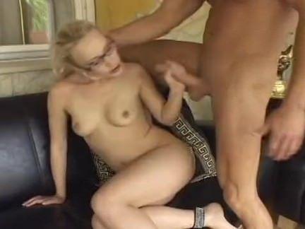 Moreninha esquentando a buceta
