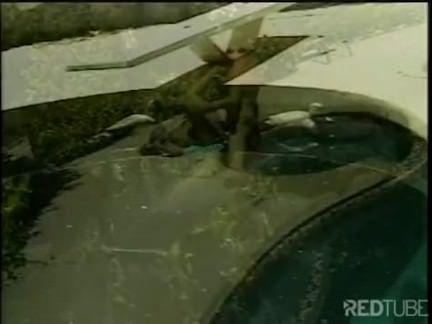 Mulata leva pirocada na piscina