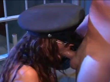 Mulher policial transa com preso