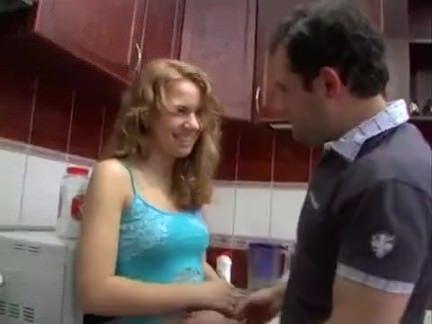 Mulher transa na cozinha