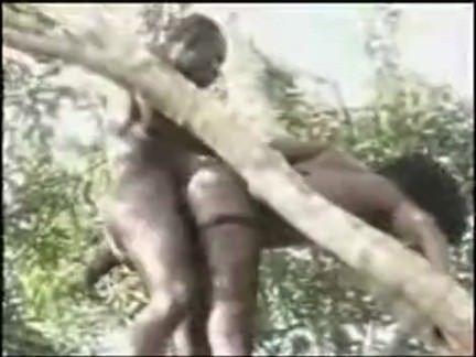 Negão metendo o pau no cú da safada