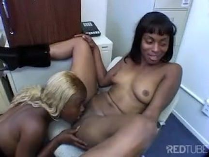 Negras lésbicas se pegam no escritório