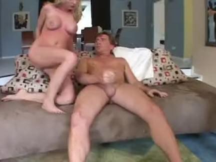 Novinha consola o rabo