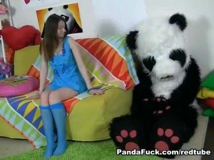Novinha  transa com urso panda