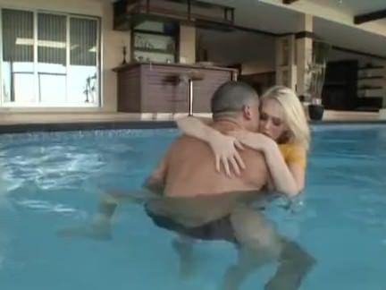 Puta loira fode na piscina