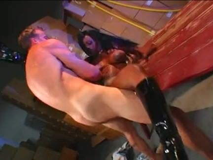 Puta metendo o vibrador na buceta