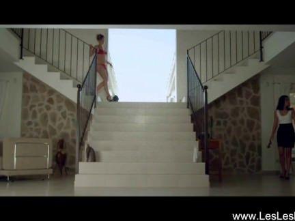 Putas gostosas se pegam na escada