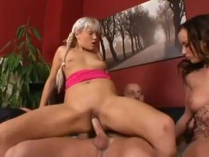 Raparigas fazendo sexo grupal