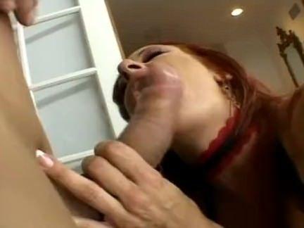 Ruiva gata fazendo anal