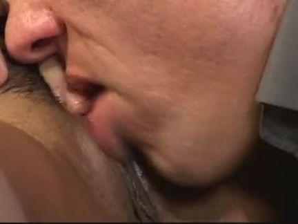 Safada esfregando a buceta