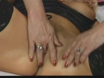Safado metendo o dedo na buceta da loira
