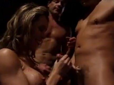 Safadona esfregando o dedo na buceta