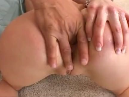 Sexo com loira tatuada no tapete