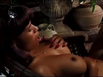 Sexo oral no trio com a morena
