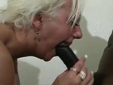 Socando a pica na ninfa boqueteira