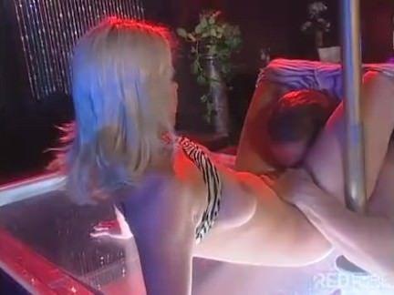 Vagaba stripper fudendo no palco